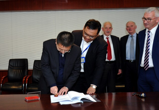 Liu Fucheng, CEO of SACTI, ratifies the agreement with O.C.E. Technology